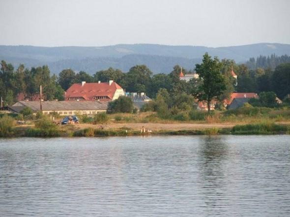 Zabudowania i wierza Pałacu Łomnica