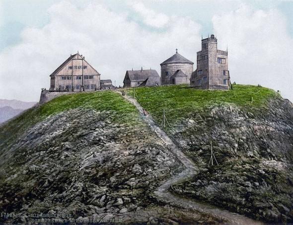 Obiekty na Śnieżce ok. 1900 - Preussische Baude, Böhmische Baude, kaplica pw. św. Wawrzyńca i obserwatorium meteorologiczne (między 1890 and 1905)