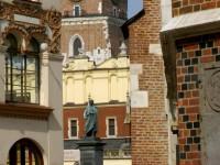 pomnik Adama Mickiewicza na rynku.
