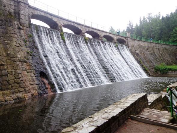 Zapora wodna na rzece Łomnicy w Karpaczu
