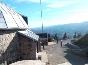 schronisko Wysoki Kamień i widok na Karkonosze