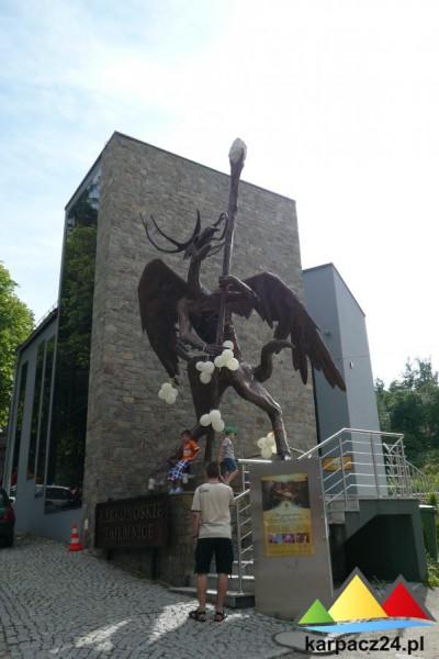Rzeźba Ducha Gór przed Karkonoskimi Tajemnicami